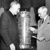 Eliahu Elath presenting ark to President Truman